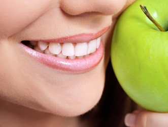 7 τροφές που καθαρίζουν και προστατεύουν δόντια και ούλα